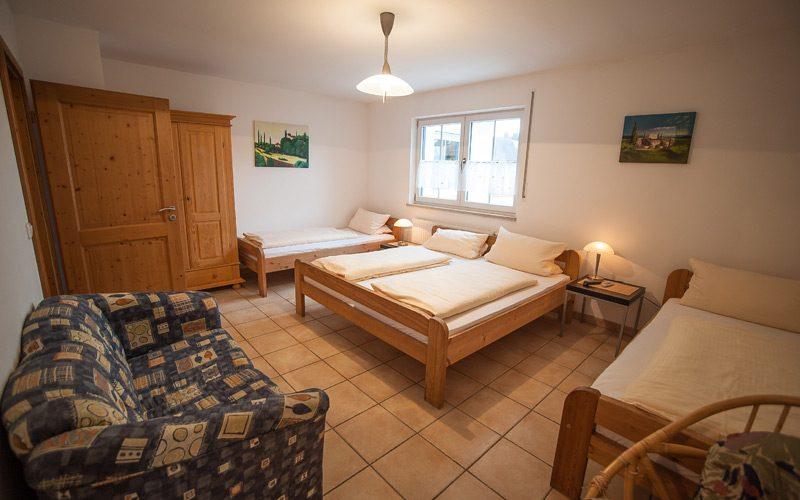 Pension Fischer in Erding. Apartment mit mehreren Betten.