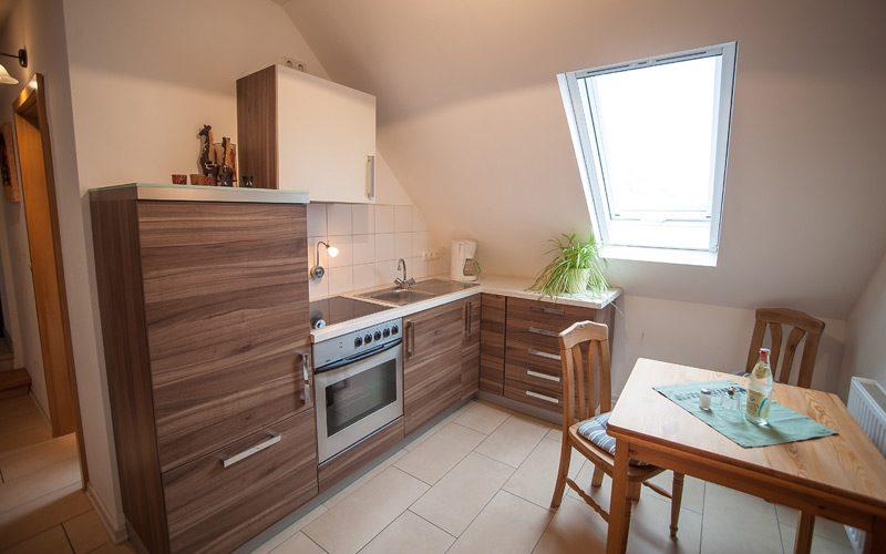 Geräumiges Apartment mit Einbauküche in der Pension Fischer.