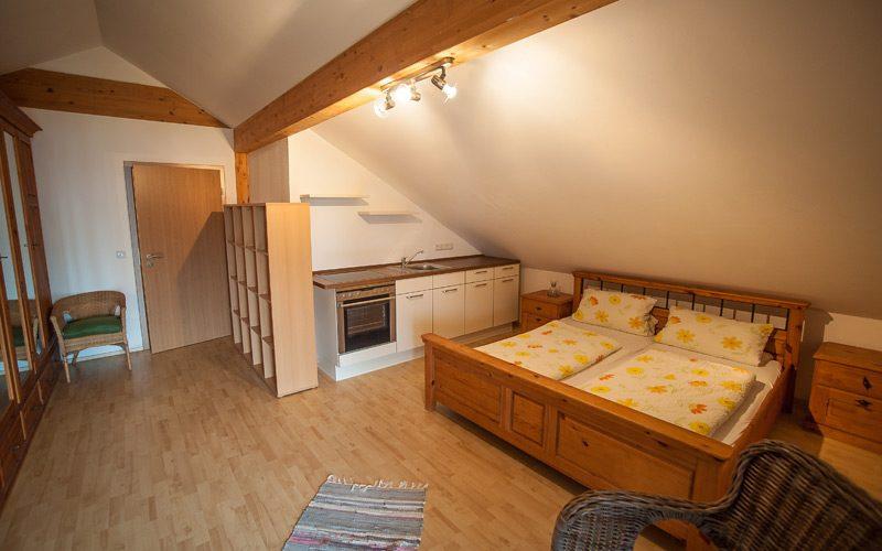 Doppelzimmer mit kleiner Einbauküche in der Pension Fischer.