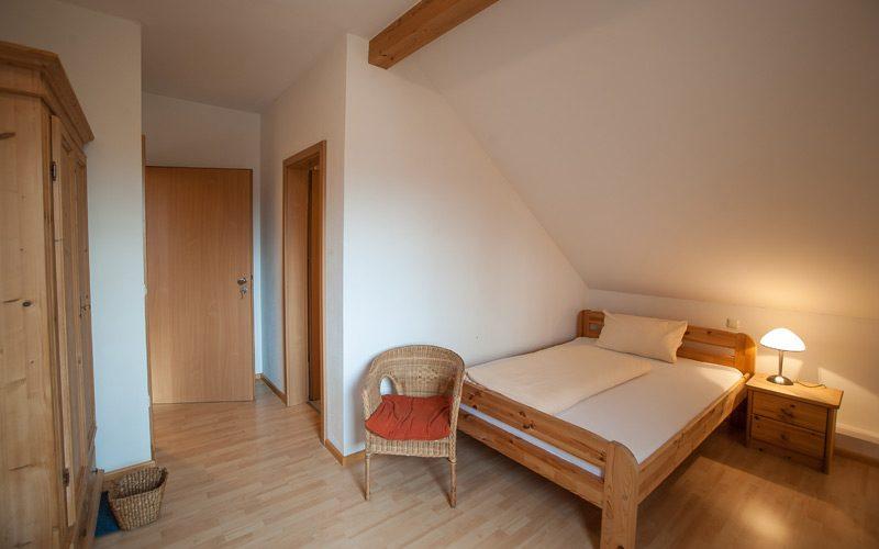 Doppelbett im Doppelzimmer des Gästehauses Fischer