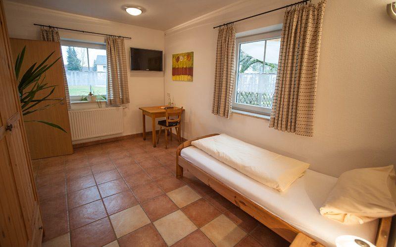 Großzügiger Raum als Einzelzimmer in der Pension Fischer in Erding.