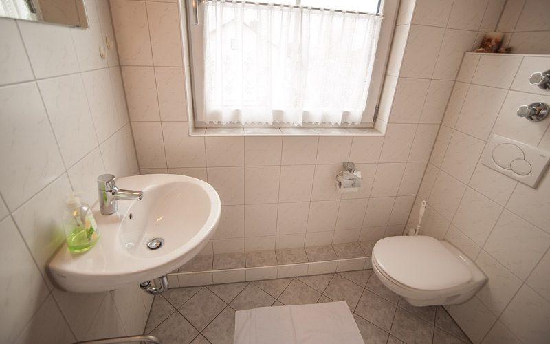 Badezimmer des Einzelzimmers in Erding. Pension Fischer